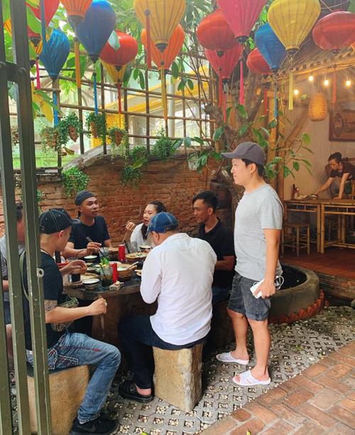 Nhưng nhiều thực khách vẫn lựa chọn nhà hàng của Trường Giang vì đồ ăn ngon, không gian đặc biệt, dịch vụ ổn. Đôi khi, thực khách còn được gặp ông chủ tới từng bàn để hỏi thăm chất lượng đồ ăn
