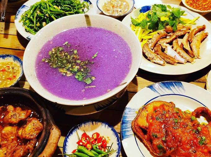 Thực đơn ở quán cơm anh Mười Khó có30 món canh, 26 món rau củ phục vụ cho những ai thích bữa cơm gia đình mà ngại nấu. Ngoài ra, quán có 41 món kiểu Quảng Nam và 25 món cơm kiểu Mười Khó với cách chế biến riêng của nhà hàng.