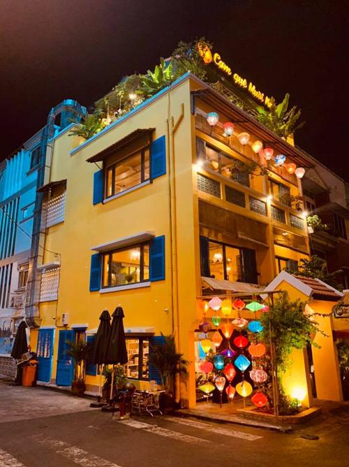 Cơ sở thứ 2 được thiết kế mang chủ đề như một Hội An thu nhỏ giữa lòng Sài Gòn với tường sơn màu vàng rực rỡ đặc trưng, cửa sổ xanh da trời cùng nhiều đèn lồng nhiều màu sắc lung linh. Nhà hàng có hai mặt tiền, khá thoáng với nhiều cửa sổ và một tầng thượng trồng nhiều cây xanh.