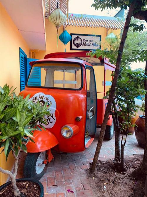 Địa chỉ mới còn có nhiều góc sống ảo cho du khách tha hồ sàng tạo như chiếc xe màu đỏ nổi bật. Cơ sở 1 của hệ thống này từng gặp lùm xùm khi khách hàng chê giá thành cao, chất lượng không tương xứng nhưng nhà hàng vẫn hoạt động ổn định và đông khách trong nhiều năm.