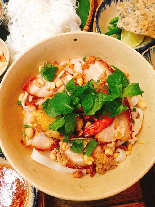Nhắc đến xứ Quảng, quê hương của Trường Giang, là nhắc tới các món mì Quảng mang linh hồn của ẩm thực nơi đây. Quán có 4 món mì Quảng với các hương vị khác nhau như thập cẩm, gà, tôm thịt hay trộn với giá 65.000 đồng/tô.