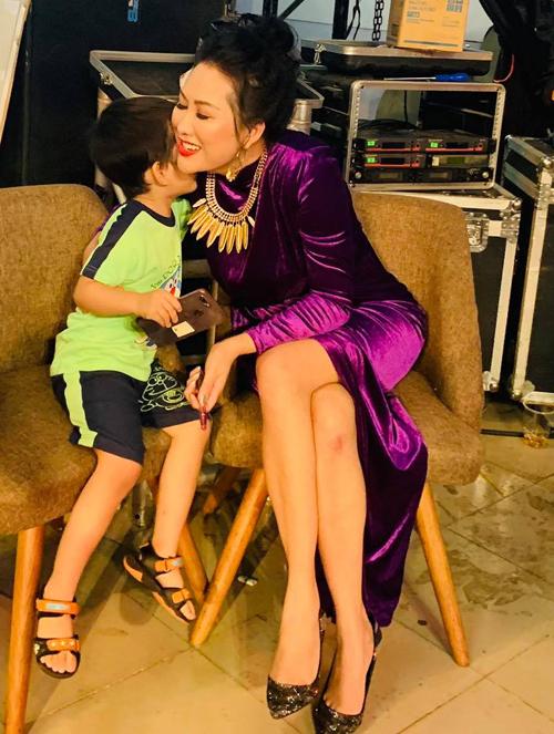 Nhóc tỳ rất tình cảm và biết nghe lời mẹ. Phi Thanh Vân khoe con trai có thể giao tiếp đơn giản bằng tiếng Anh, ở nhà thích giúp mẹ làm những việc nhỏ như đóng cửa, tắt đèn, dọn dẹp đồ chơi...