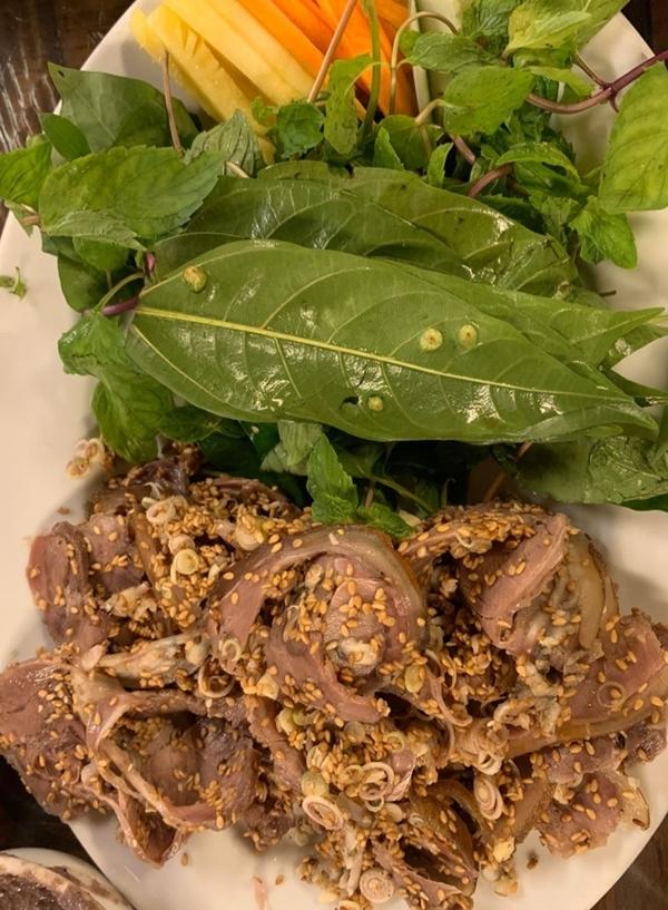 Như nhiều du khách khác, đến Ninh Bình thì không thể bỏ qua các món làm từ thịt dê.