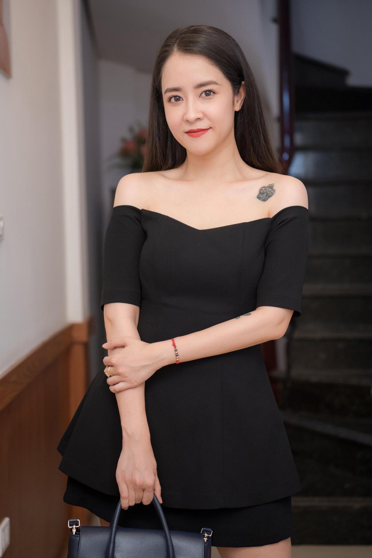 Diễn viên Thùy Dương diện đầm đen trễ vai phối phụ kiện ton sur ton tới chúc mừng bà chủ Thùy Anh. Cô cũng tiết lộ sẽ là một trong những khách hàng đầu tiên trải nghiệm công nghệ làm đẹp mới của thẩm mỹ viện.