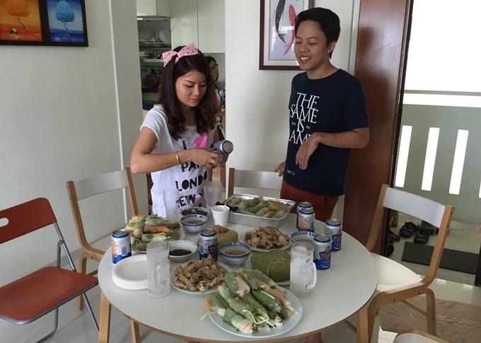Trong căn hộ nhỏ củaTina Yuan tại Singapore luôn có sẵn vài gói bánh đa dùng quấn gỏi. Cô thừa nhận không giỏi nấu nướng nhưng kể từ khi xa gia đình đi du học và làm việc đã bỏ túi vài món tủ để trổ tài những khi cần thiết. Tina chọn gỏi cuốn vì món ăn có rau thơm, bún, thịt luộc... là những thực phẩm gần gũi, mang phong vị đặc trưng của ẩm thực Việt. Tại nhiều nơi cô đi qua trong đó có Trung Quốc, Hàn Quốc, Singapore, những người bạn bản địa đều rất thích.