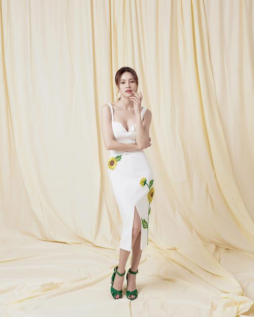 Sau khi giới thiệu bộ sưu tập The Sexy Curves với các trang phục cut-out gợi cảm, Đỗ Long tiếp tục mang tới những kiểu đầm đi tiệc theo khuyn hướng trang nhã và hiện đại.