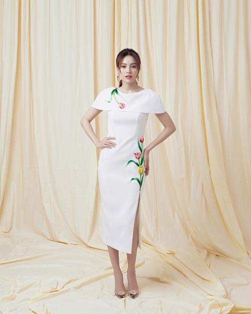Váy trắng đi tiệc mùa hè của nhà mốt Việt được tạo điểm nhấn khác biệt bằng họa tiết hoa thêu bắt mắt.