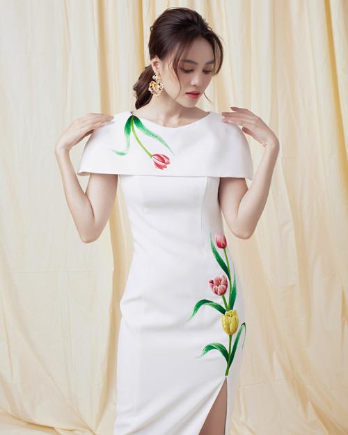 Hoa hướng dướng, hoa tulip được chọn lựa và bố trí khéo léo trên vai áo, phần eo để tạo nên tổng thể hài hòa cho bố cục trang phục.
