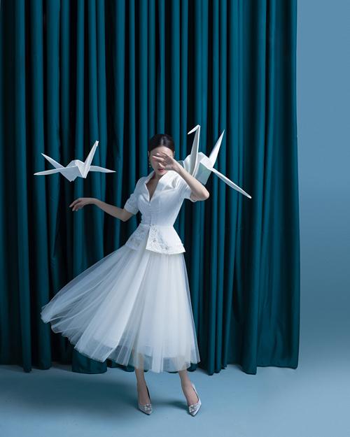 Phong cách cổ điển ảnh hưởng rõ nét trong thiết kế chân váy xòe và mẫu jacket với đường chiết eo tinh tế.
