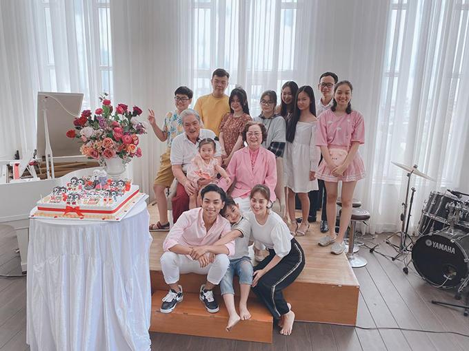 Cách đây vài ngày, vợ chồng Khánh Thi - Phan Hiển cùng gia đình quây quần mừng sinh nhật của ông bà ngoại. Bữa tiệc diễn ra ấm cúng tại nhà với sự mặt của đông đủ con, cháu.Gia đình Phan Hiển kinh doanh về bất động sản nên sống trong căn nhà rộng lớn, được thiết kế sang trọng.
