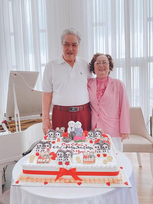 Bánh sinh nhật hoành tráng được tạo hình ngộ nghĩnh để mừng tuổi mới của ông bà. Khánh Thi từng chia sẻ, bà cố luôn ủng hộ cô. Chỉ cần Phan Hiển ho he một tiếng là cô đi gặp bà cố và bà sẽ mắng cháu trai ngay.