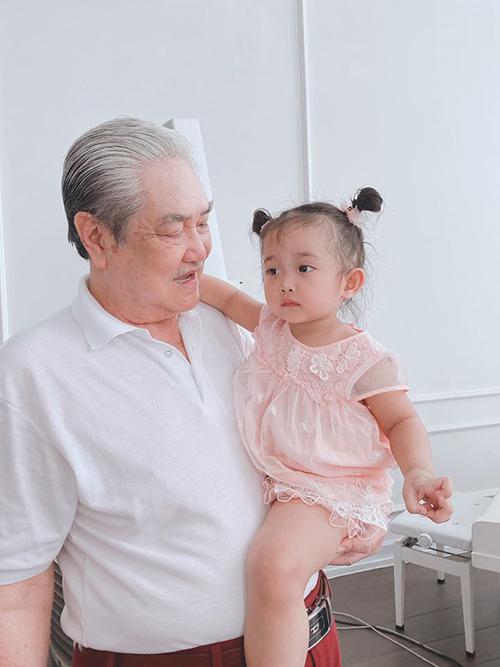 Ông cố cũng rất yêu thương các con của vợ chồng Phan Hiển - Khánh Thi.