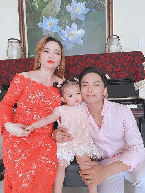 Mẹ chồng cũng là người thường xuyên chăm sóc Kubi và Anna mỗi khi vợ chồng Khánh Thi - Phan Hiển bận chạy show hoặc đi thi đấu.