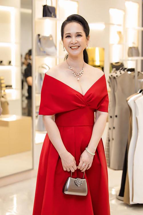 Mẹ chồng Lan Hương hiếm hoi khoe vai trần ở tuổi U60.
