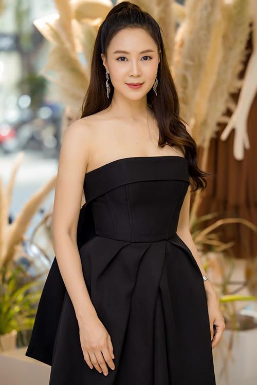 Hồng Diễm được nhận xét ngày càng trẻ trung, xinh đẹp. Tại sự kiện, cô được nhiều người chúc mừng vì vừa giành giải Cánh Diều Vàng ở hạng mục Nữ diễn viên chính xuất sắc với vai Khuê trong phim Hoa hồng trên ngực trái.