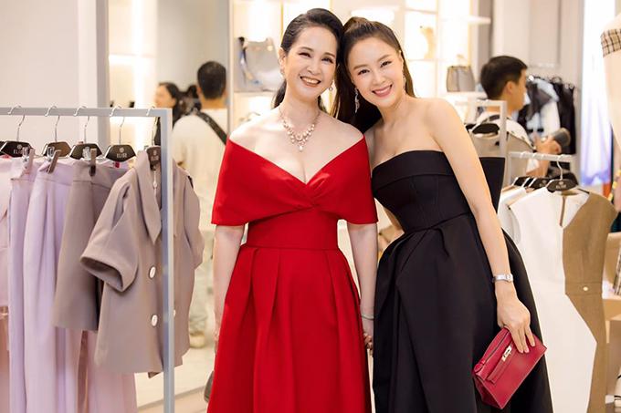 Sau thành công của phim Sống chung với mẹ chồng, NSND Lan Hương ngày càng chú ý vẻ bề ngoài và được nhận xét sành điệu không kém các nghệ sĩ trẻ mỗi lần xuất hiện.
