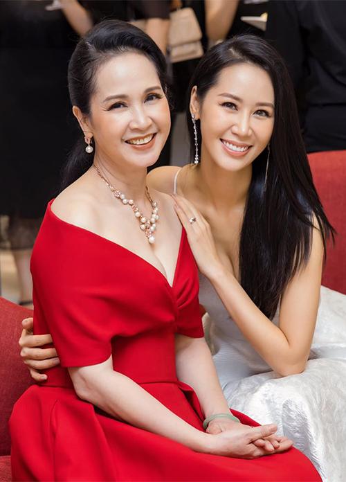 NSND Lan Hương sinh năm 1961 còn Hoa hậu Dương Thùy Linh sinh năm 1983,từng dành nhiều danh hiệu nhan sắc như: giải đồng Siêu mẫu Việt Nam 2004, top 5 HHHV Việt Nam 2005 cùng danh hiệu Hoa hậu thân thiện, đại diện Việt Nam thi Miss Tourism International 2004,đăng quang vương miện Miss Worldwide 2018.