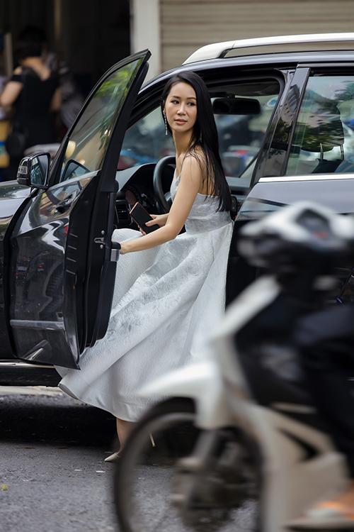 Hoa hậu Dương Thùy Linh tự lái xế hộp đến sự kiện khai trương một cơ sở thời trang.Đây là sự kiện tái xuất của 'gái một con' sau hai tháng giãn cách xã hội do ảnh hưởng của dịch Covid-19