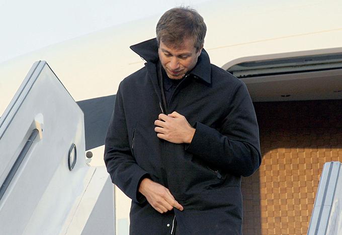 Trong các chuyến công tác, di chuyển xuyên quốc gia,Roman Abramovich thường xuyên sử dụng máy bay riêng Boeing 767-33A ER, còn được gọi với nickname The Bandit. Tỷ phú người Nga mua chuyên cơ này năm 2004, với giá được cho là vào khoảng 66 triệu bảng.