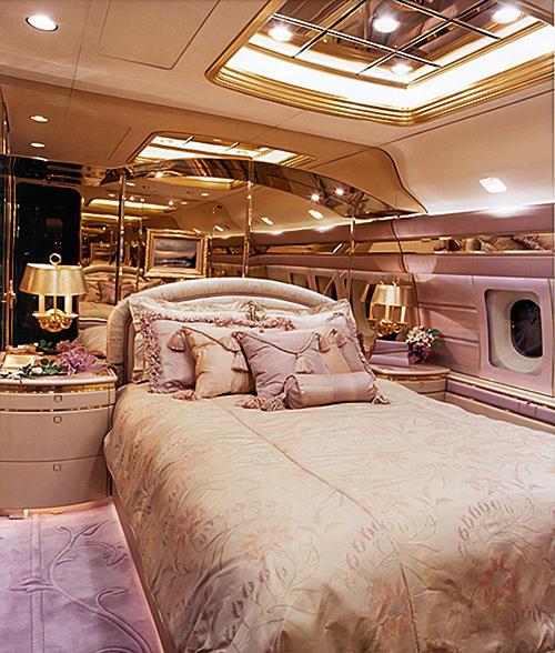 Bên trong máy bay có phòng ngủ riêng, nội thất được thiết kế theo sở thích củaAbramovic.