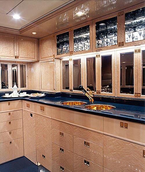 Phòng bếp để phục vụ nhu cầu ăn uống của tỷ phú người Nga và khách.
