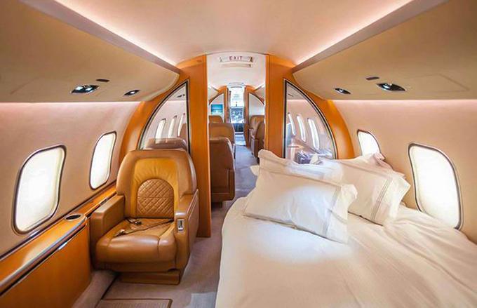 Nội thất của máy bay được làm từ gỗ quý, da, nỉ chất lượng cao.