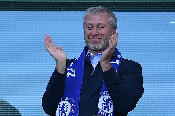Roman Abramovich tiếp quản Chelsea vào năm 2003. Tỷ phú người Nga hiện sở hữu khối tài sản lên tới 12 tỷ bảng. Ngoài chiếcBoeing 767-33A ER, ông còn có hai máy bay riêng khác và chiếc siêu du thuyền mang tênEclipse, trị giá một tỷ bảng.