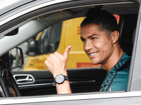C. Ronaldo tươi cười lái xe tới sân tập của Juventus chuẩn bị cho ngày Serie A trở lại sau đại dịch. Ảnh: AP.