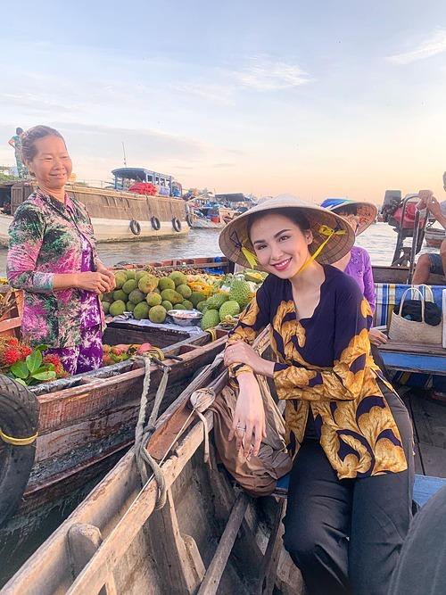 Hoa hậu Diễm Hương có trải nghiệm thú vị khi đichợ nổi Cái Răng (Cần Thơ).