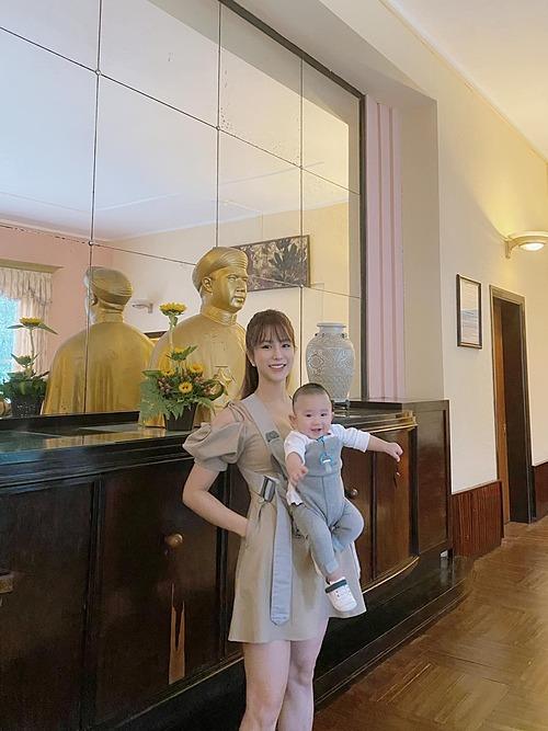 Con trai Diệp Lâm Anh lí lắc khi chụp ảnh cùng mẹ.