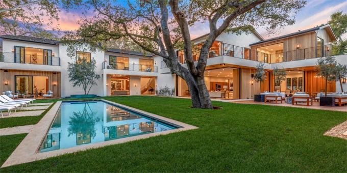 Điểm nhấn của ngôi nhà là cây cổ thụ tỏa bóng mát bên hồ bơi giữa khu vườn.