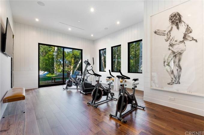 Phòng gym, thư viện, hầm rượu... được thiết kế ở tầng một của ngôi nhà.