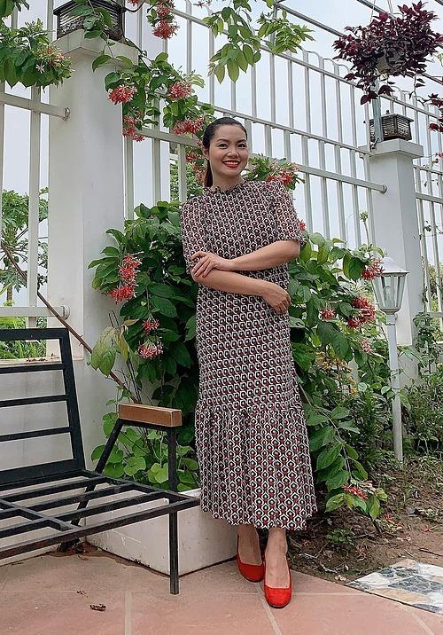 Ca sĩ Ngọc Anh pose ảnh trong vườn nhà.