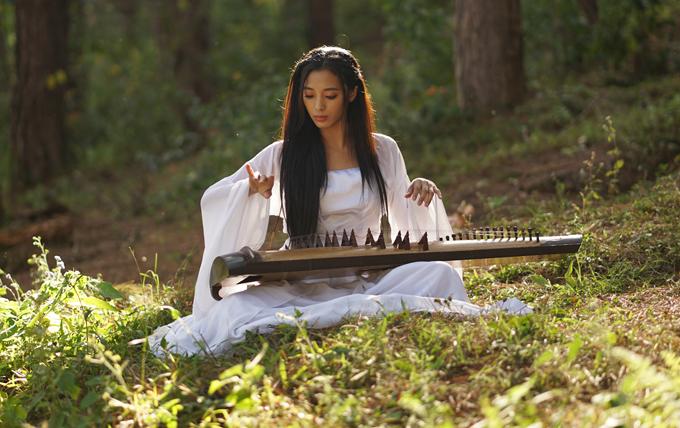 Nhung Yoona hóa thân cô gái chơi đàn tranh trong MV của Phi Trường.