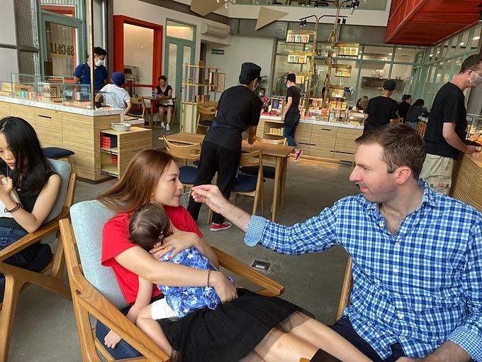 Chồng Tây chăm sóc Lan Phương trước khi trở về Hà Nội.