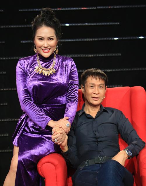 Nữ diễn viên nắm chặt tay đạo diễn Lê Hoàng. Tính cô xởi lởi, thân thiện nên được nhiều đồng nghiệp, khán giả quý mến.