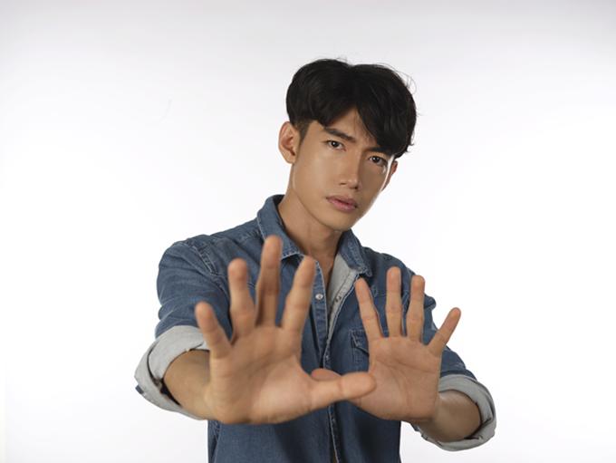Mới đây, Quang Đăng thực hiện bộ ảnh để tuyên truyền cho chiến dịch Ngày không khói thuốc do Tổ chức Y tế thế giới (WHO) khởi xướng.