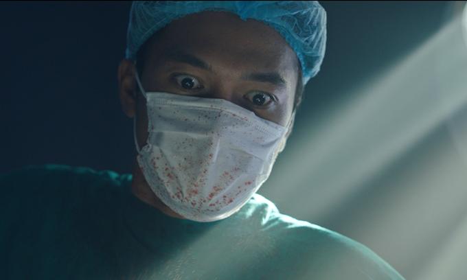Quang Tuấn đóng vai kẻ giết người biến thái trong phim Bằng chứng vô hình.