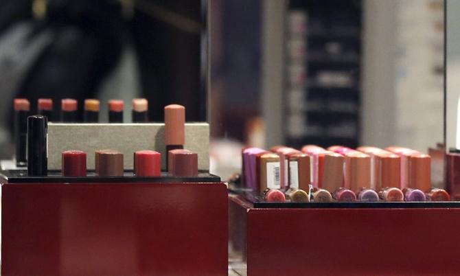 Doanh số bán son môi tại Nhật giảm mạnh do Covid-19. Ảnh: Reuters.