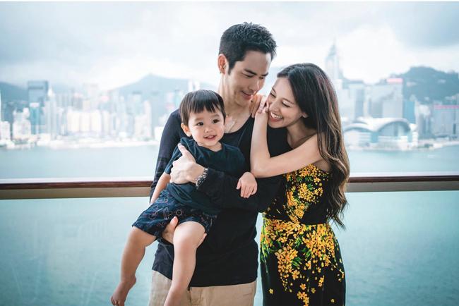 Nhân ngày lễ tỏ tình Trung Quốc 520 (tức ngày 20/5), Trịnh Gia Dĩnh đăng ảnh gia đình bên nhau và tiết lộ bà xã anh đang có bầu. Đây là lần thứ hai Hoa hậu Trần Khải Lâm mang thai, con trai đầu của cặp đôi đã được hơn 1 tuổi.