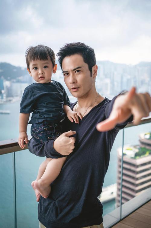 Trịnh Gia Dĩnh viết trên Weibo cá nhân: Rafa sẽ sớm trở thành anh trai. Tôi rất vui chia sẻ thông tin với các bạn trong ngày 520 này. Gia đình chúng tôi đang chuẩn bị chào đón thêm thành viên mới.
