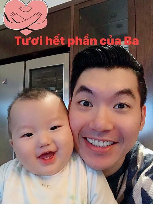 Con trai Trương Nam Thành tươi rói khi selfie cùng bố.