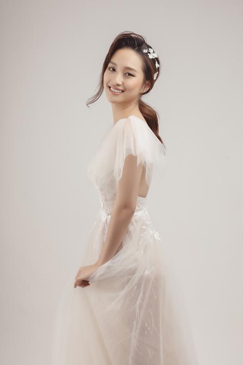 Khi trang điểm cưới, cô dâu cần lưu ý trang điểm cổ để không tạo sự khác biệt quá lớn giữa da mặt, da cổ.