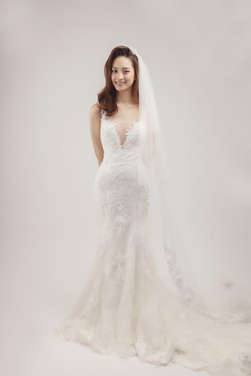 Đối với kiểu váy cưới ren đuôi cá kết hợp voan, Trí Trần gợi ý lối makeup trong trẻo cùng tóc xoăn lọn.
