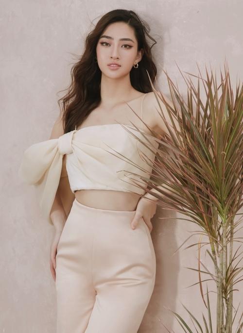 Người đẹp khoe eo thon trong dáng áo croptop. Phần vai áo được phá cách với nơ to bản, khiến cô trông nổi bật.