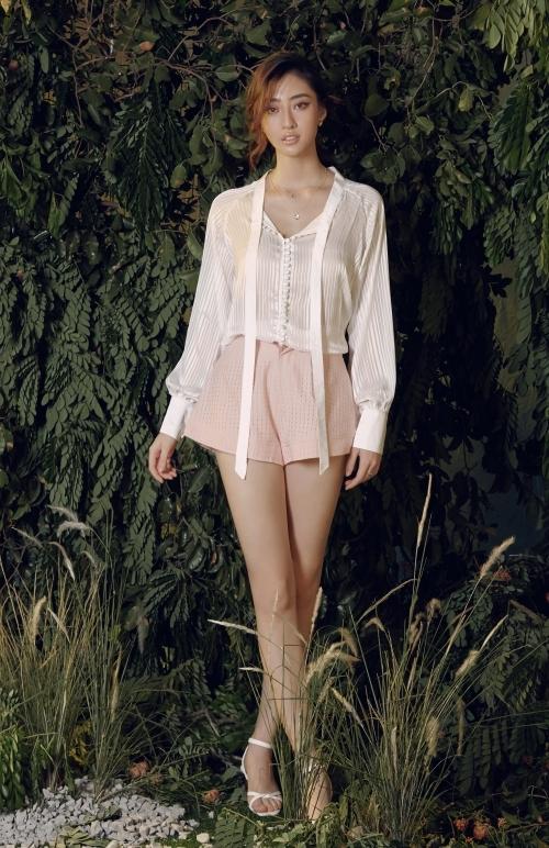 Mùa hè là thời điểm thích hợp diện quần ngắn. Cô khéo léo phối cùng sơ mi lụa mỏng, tạo cảm giác mát mẻ.