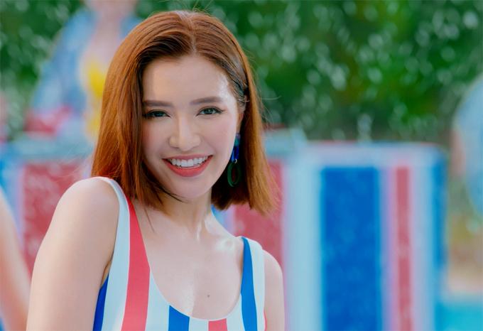 Giọng ca trưởng thành từ Vietnam Idol 2010 ngày càng thành công trong làng nhạc. Cô có loạt hit Bùa yêu, Đi đu đưa đi, Bao giờ lấy chồng?... Các fan chờ đợi MV tiếp theo đậm chất hè sẽ là hit mới của nữ ca sĩ.