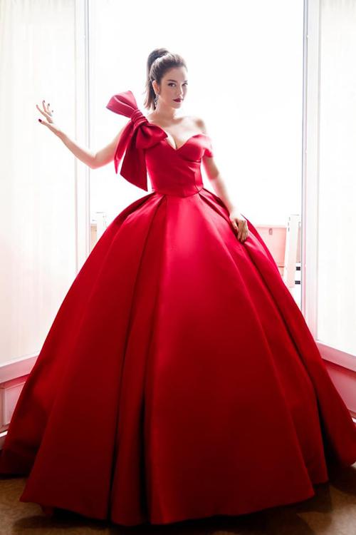 Ngoài các bộ váy đắt đỏ của các thương hiệu thế giới, Lý Nhã Kỳ luôn tin tưởng sự sáng tạo, tận tụy và tay nghề của các nhà mốt Việt Nam như Lê Thanh Hòa, Hoàng Hải, Đỗ Long...