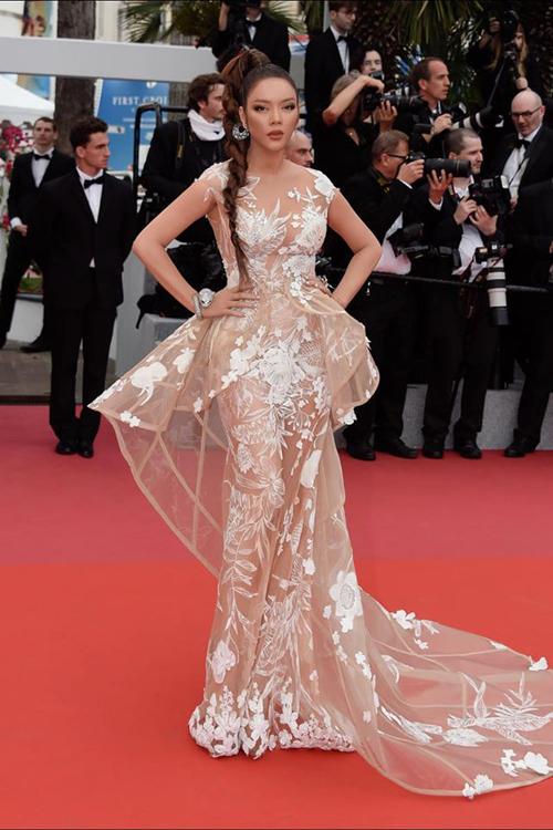 Qua các kỳ Liên hoan phim Cannes, Lý Nhã Kỳ luôn thể hiện sự đầu tư mạnh tay trong khoản váy áo để tỏa sáng trên thảm đỏ danh giá.