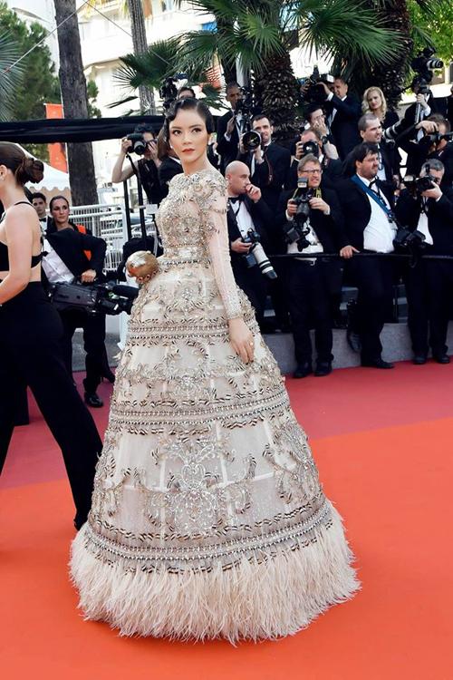 Qau các kỳ tham dự Liên hoan phim Cannes, Lý Nhã Kỳ còn góp phần quảng bá thời trang Việt qua nhiều thiết kế công phu của Lê Thanh Hòa, Đỗ Long.